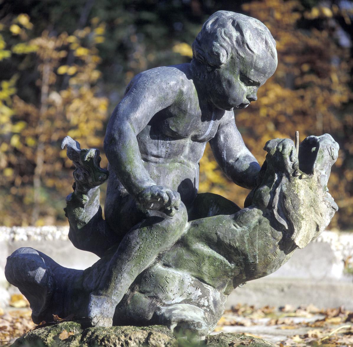 Putto mit Seeungeheuer im Schlossgarten von Schloss Schwetzingen; Foto: Staatliche Schlösser und Gärten Baden-Württemberg, Steffen Hauswirth