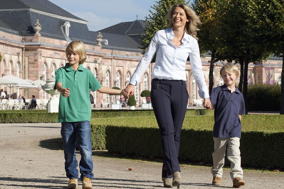 Mutter mit Kindern im Schwetzinger Schlossgarten; Foto: Staatliche Schlösser und Gärten Baden-Württemberg, Niels Schubert