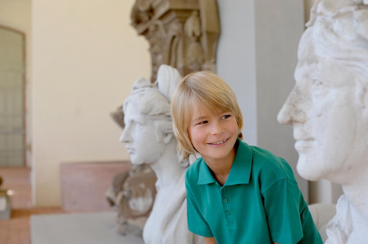 Junge im Lapidarium
