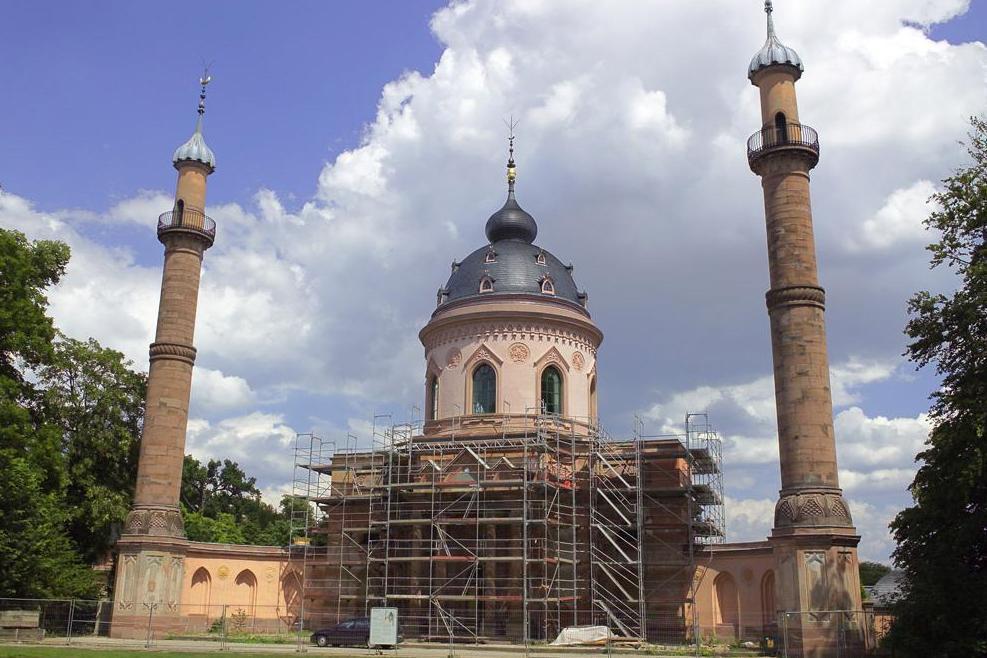Moschee mit Baugerüst im Schlossgarten von Schloss Schwetzingen