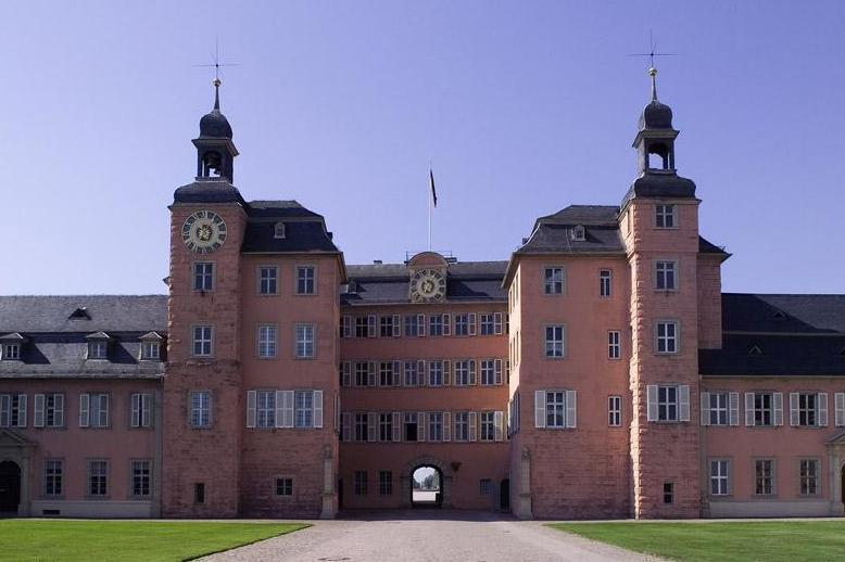 Ehrenhof von Schloss Schwetzingen; Foto: Staatliche Schlösser und Gärten Baden-Württemberg, Andrea Rachele