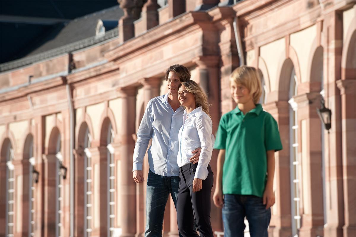 Besucher am Zirkelbau von Schloss Schwetzingen; Foto: Staatliche Schlösser und Gärten Baden-Württemberg, Niels Schubert