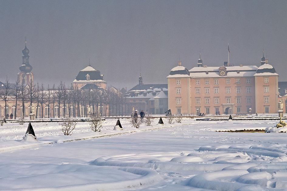 Schloss Schwetzingen, Gartenfront mit Arionbrunnen im Winter