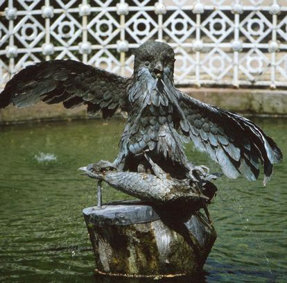 Skulptur eines räuberischen Uhus im Schlossgarten von Schloss Schwetzingen