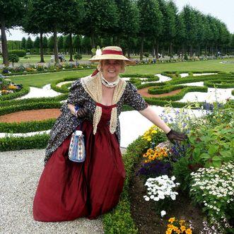 Kostümierte Gästeführerin im Schlossgarten Schwetzingen