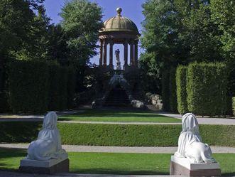 Blick auf Apollotempel im Schlossgarten von Schloss Schwetzingen