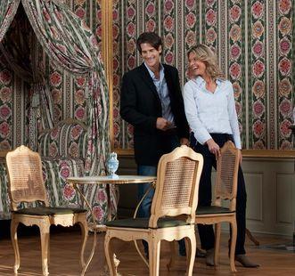 Besucherpaar bei Besichtigung der Innenräume, Schloss Schwetzingen