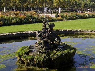Brunnen mit Puttengruppe im Schlossgarten von Schloss Schwetzingen