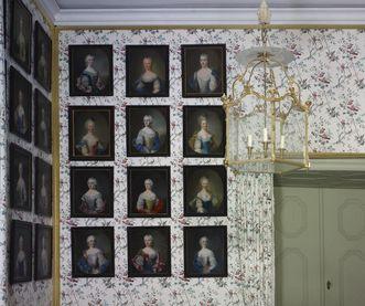 Galerie der Hofdamen im Kammerdienerinnenzimmer in Schloss Schwetzingen; Foto: Staatliche Schlösser und Gärten Baden-Württemberg, Arnim Weischer