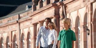 Besucher am Zirkelbau von Schloss Schwetzingen