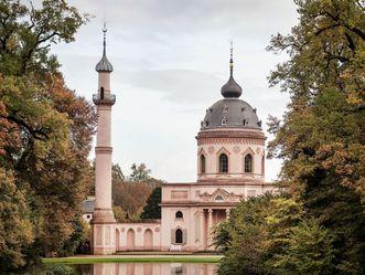 Gartenmoschee und Minarett im Schlossgarten von Schloss Schwetzingen