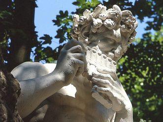 Skulptur des Hirtengottes Pan im nördlichen Boskett im Schlossgarten von Schloss Schwetzingen