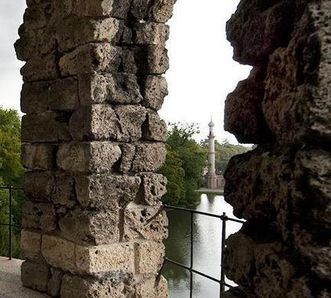 Blick durch den Merkurtempel im Schwetzinger Schlossgarten auf die Moschee