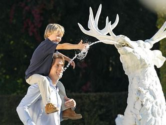 Vater und Sohn an einer Hirschfigur, Brunnen im Schwetzinger Schlossgarten