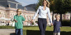 Mutter mit Kindern im Schwetzinger Schlossgarten