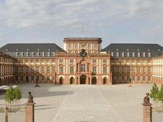 Außenansicht Schloss Mannheim mit Ehrenhof
