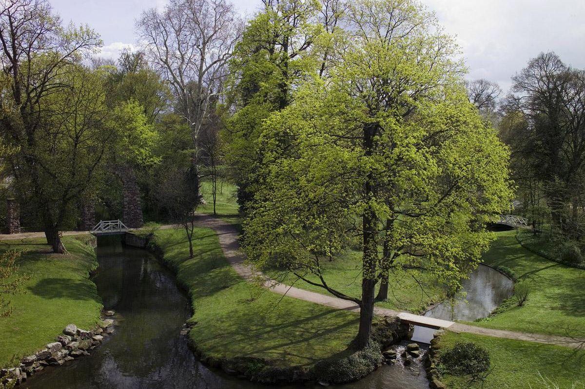 Blick in den englischen Landschaftsteil des Gartens von Schloss Schwetzingen