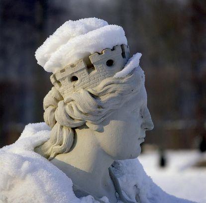Skulptur der Göttin Kybele im Schlossgarten von Schloss Schwetzingen