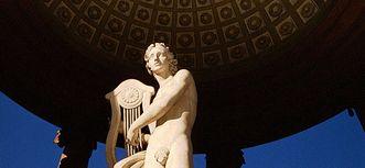 Statue des Apollo im Apollotempel im Schlossgarten von Schloss Schwetzingen