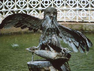 Skulptur des räuberischen Uhus im Schlossgarten von Schloss Schwetzingen