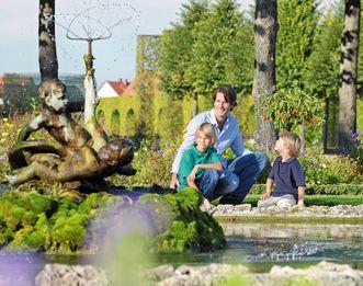 Besucher in Schloss und Schlossgarten Schwetzingen