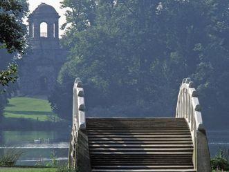 Chinesische Brücke im Schlossgarten von Schloss Schwetzingen