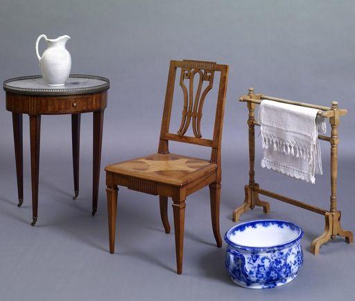 Mobiliar zum Füßewaschen mit Tisch und Krug, Stuhl, Handtuchhalter und davor die Fußwaschwanne um 1870 von Villeroy & Boch im Schloss Schwetzingen