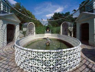 Brunnen der wasserspeienden Vögel im Schlossgarten von Schloss Schwetzingen