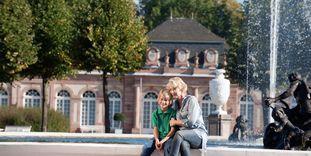 Besucher im Schlossgarten von Schloss Schwetzingen